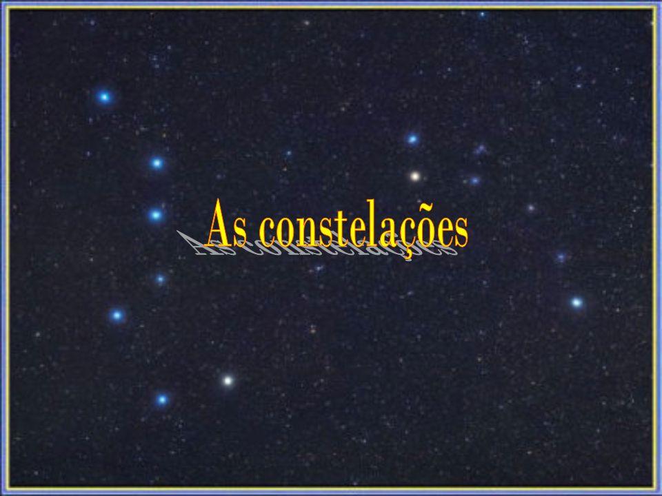 As constelações são agrupamentos de aparentes de estrelas, os quais que os astró- nomos da antiguidade imaginavam figuras de animais, pessoas e objectos.