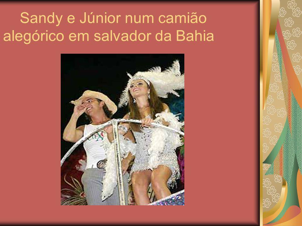 Sandy e Júnior num camião alegórico em salvador da Bahia