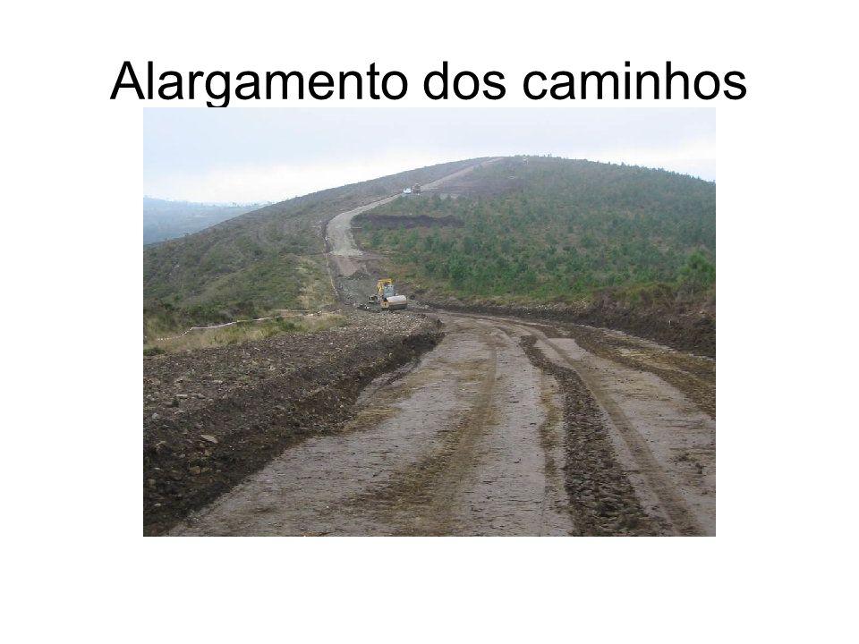 Localização Situa-se no ponto mais alto do concelho, a cerca de 940 m de altitude, na serra de Vila Nova. Possui 13 aparelhos ligados a uma central. N