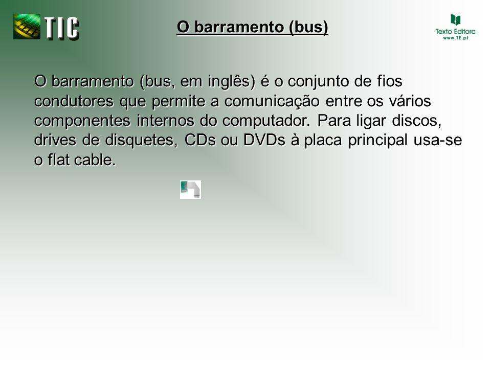 O barramento (bus, em inglês) é o conjunto de fios condutores que permite a comunicação entre os vários componentes internos do computador. Para ligar