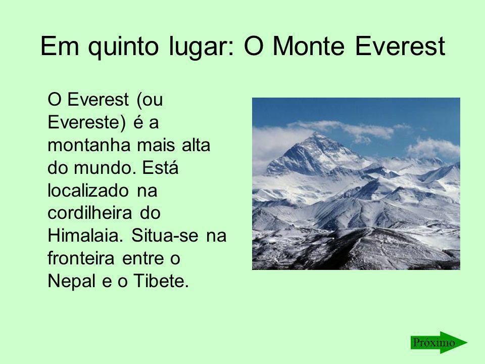 Em quinto lugar: O Monte Everest O Everest (ou Evereste) é a montanha mais alta do mundo. Está localizado na cordilheira do Himalaia. Situa-se na fron