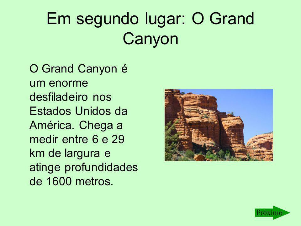 Em segundo lugar: O Grand Canyon O Grand Canyon é um enorme desfiladeiro nos Estados Unidos da América. Chega a medir entre 6 e 29 km de largura e ati