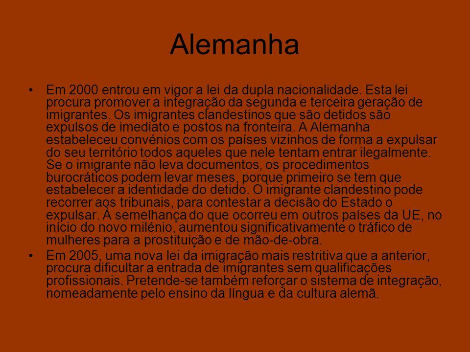 Imigração e Extrema Direita nos Média Portugal, 2002: –A 5 de Janeiro um grupo de «skins» envolveu-se numa cena de pancadaria no bar «Saloio» (Avenida 24 de Julho, Lisboa); a 19 de Janeiro, sete ou oito «skins» oriundos do Bairro 2 de Maio (Ajuda) provocaram uma autêntica batalha campal na discoteca «Jamaica» (Cais do Sodré, Lisboa) causando três feridos; a 2 de Fevereiro, dois ucranianos e um estónio, todos sem-abrigo, foram agredidos com tacos de beisebol –em pleno dia– junto de uma superfície comercial de Xabregas (Lisboa), por quatro homens que se puseram em fuga antes da chegada da polícia; a 16 de Fevereiro, um grupo de dez «skins» provocou e agrediu várias pessoas no Bairro Alto (Lisboa); a 18 de Fevereiro, agrediram novamente frequentadores do bar «Jamaica», tendo na mesma noite sido registada uma agressão no bar «Gringo´s» (Avenida 24 de Julho, Lisboa); a 23 de Fevereiro, na Portela (Lisboa), vários jovens foram agredidos por «skins» dos Olivais e da Portela; a 9 de Março, dois candidatos do Bloco de Esquerda à Assembleia da República foram agredidos –sendo um deles esfaqueado– por oito «skins» quando colavam cartazes na Calçada da Tapada (Alcântara, Lisboa) in Público