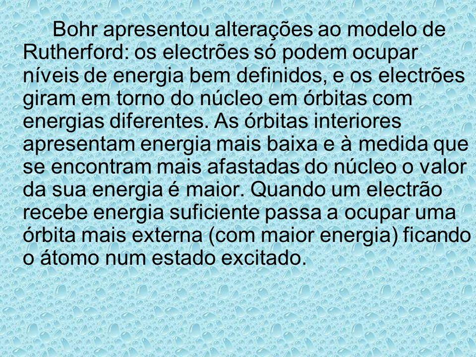 Bohr apresentou alterações ao modelo de Rutherford: os electrões só podem ocupar níveis de energia bem definidos, e os electrões giram em torno do núc