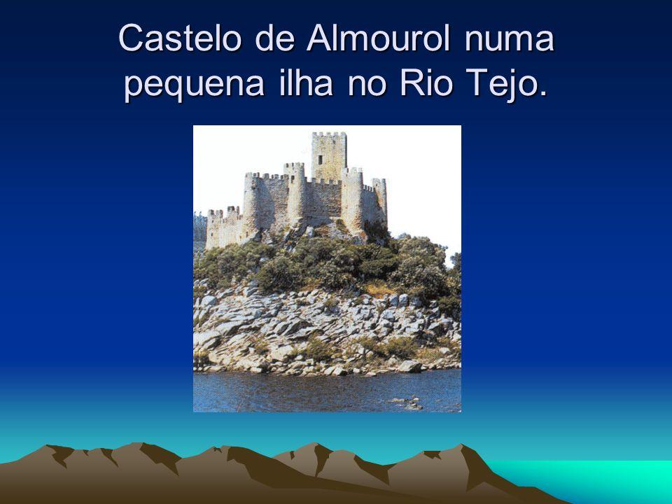 Castelo de Almourol numa pequena ilha no Rio Tejo.