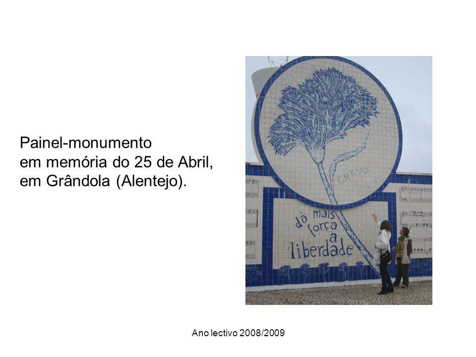 Ano lectivo 2008/2009 Painel-monumento em memória do 25 de Abril, em Grândola (Alentejo).