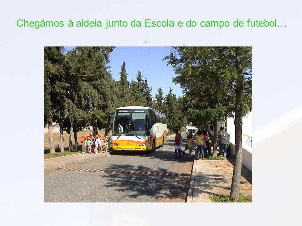 Chegámos à aldeia junto da Escola e do campo de futebol…