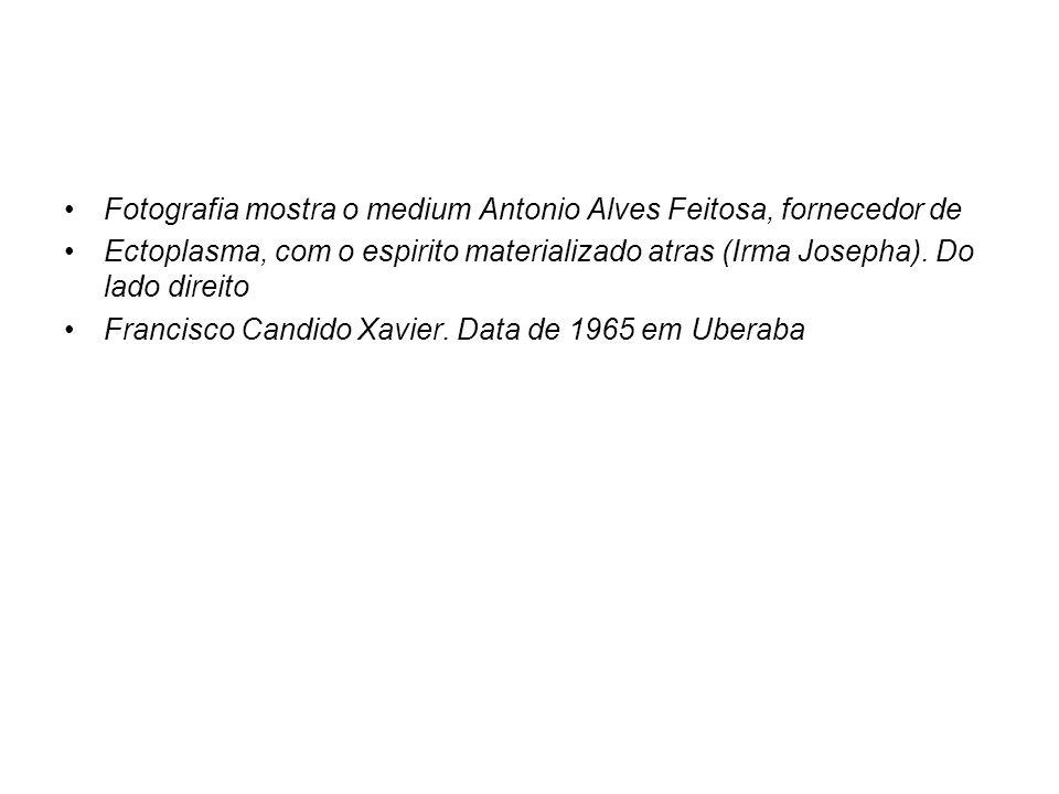 Fotografia mostra o medium Antonio Alves Feitosa, fornecedor de Ectoplasma, com o espirito materializado atras (Irma Josepha). Do lado direito Francis