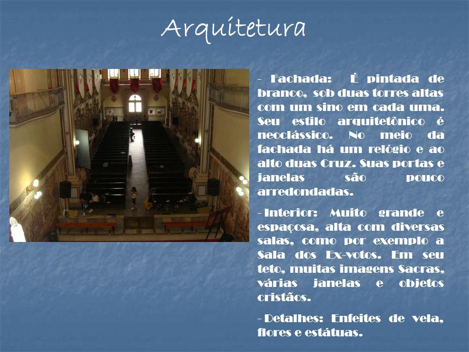 - Fachada: É pintada de branco, sob duas torres altas com um sino em cada uma. Seu estilo arquitetônico é neoclássico. No meio da fachada há um relógi