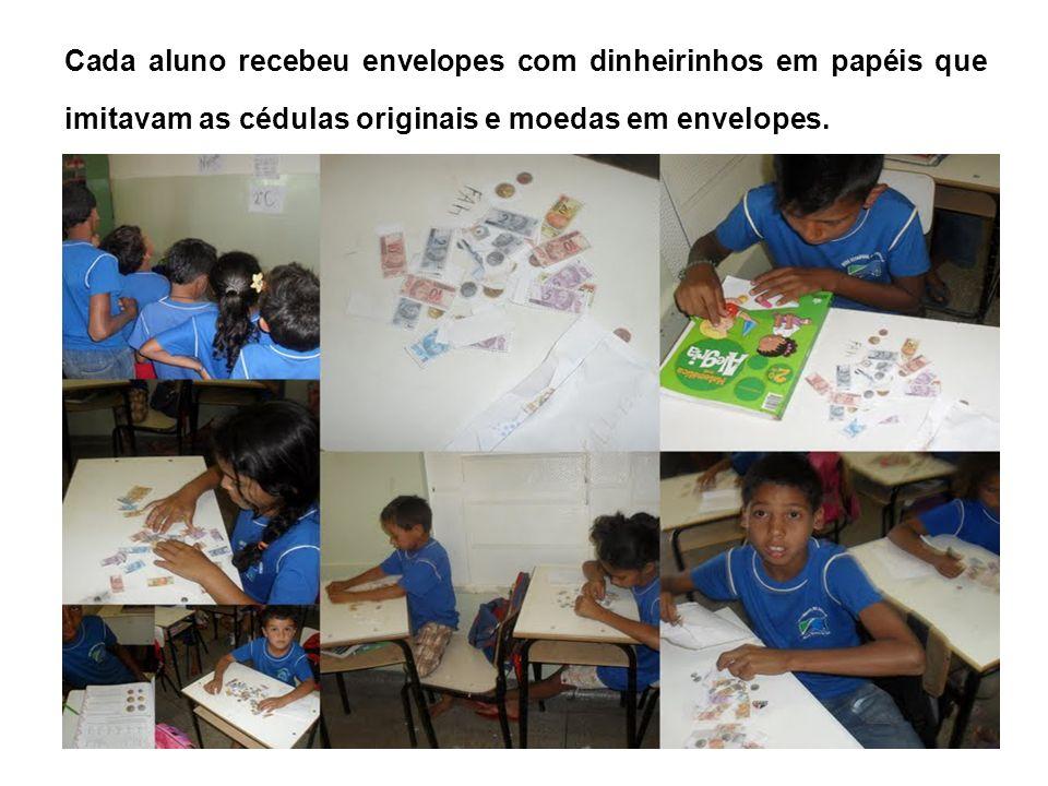 Cada aluno recebeu envelopes com dinheirinhos em papéis que imitavam as cédulas originais e moedas em envelopes.