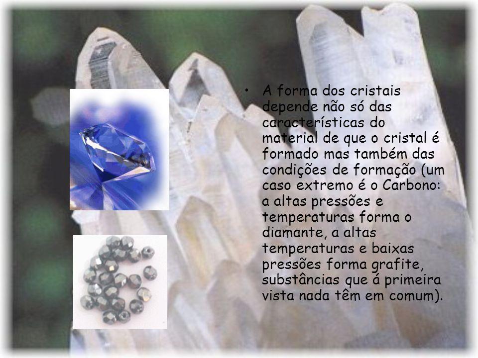 A forma dos cristais depende não só das características do material de que o cristal é formado mas também das condições de formação (um caso extremo é