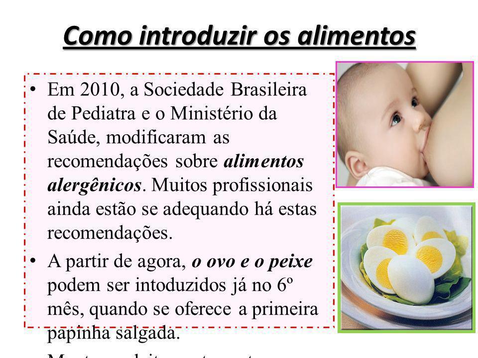 Como introduzir os alimentos Em 2010, a Sociedade Brasileira de Pediatra e o Ministério da Saúde, modificaram as recomendações sobre alimentos alergên