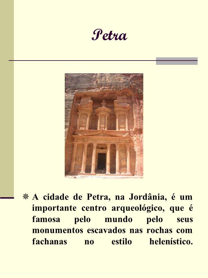 Petra A cidade de Petra, na Jordânia, é um importante centro arqueológico, que é famosa pelo mundo pelo seus monumentos escavados nas rochas com fachanas no estilo helenístico.