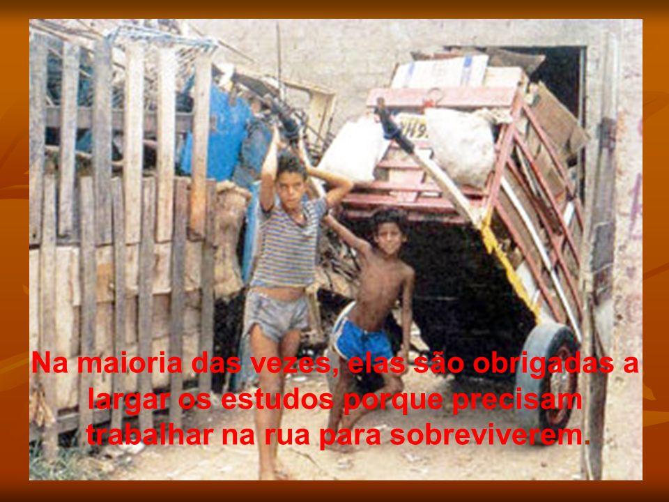 Na maioria das vezes, elas são obrigadas a largar os estudos porque precisam trabalhar na rua para sobreviverem.