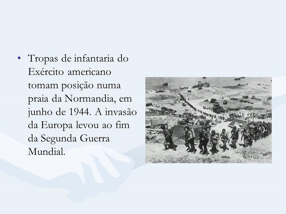 Tropas de infantaria do Exército americano tomam posição numa praia da Normandia, em junho de 1944. A invasão da Europa levou ao fim da Segunda Guerra