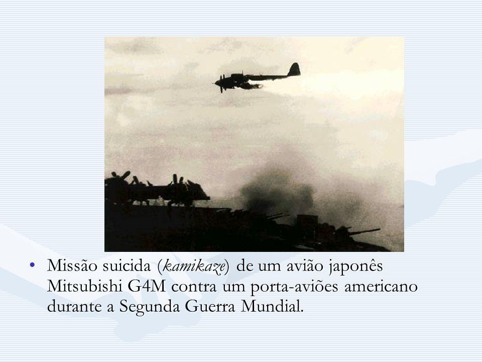 Missão suicida (kamikaze) de um avião japonês Mitsubishi G4M contra um porta-aviões americano durante a Segunda Guerra Mundial.