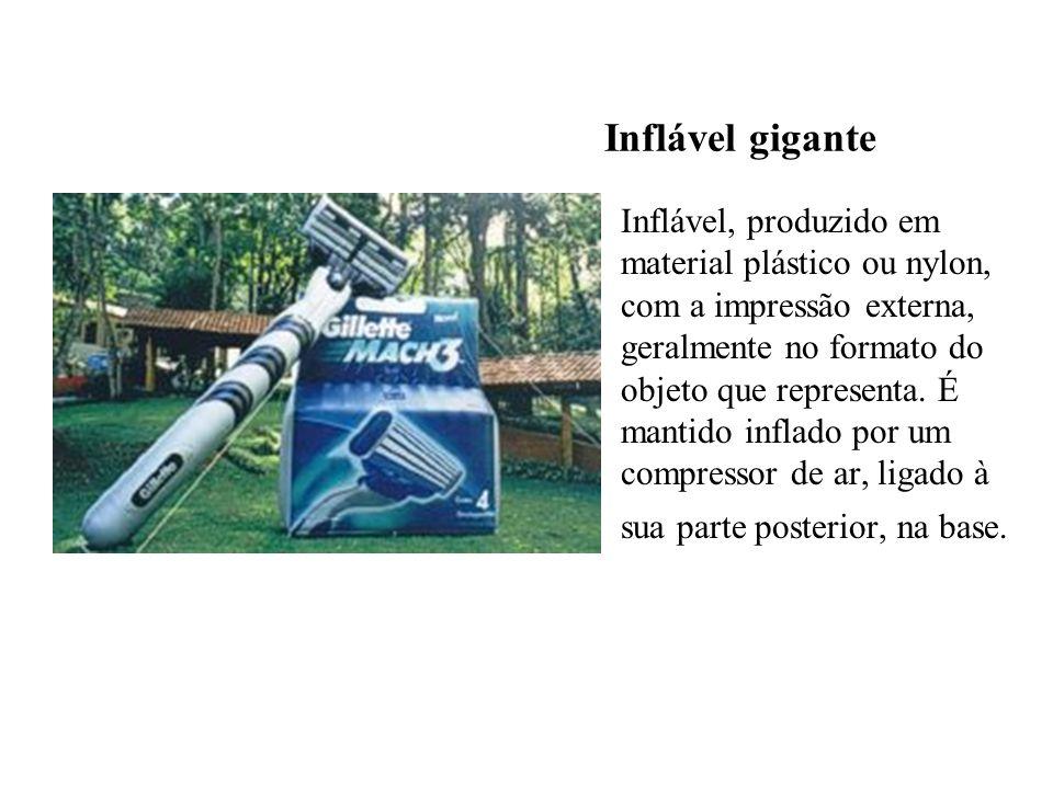 Inflável gigante Inflável, produzido em material plástico ou nylon, com a impressão externa, geralmente no formato do objeto que representa. É mantido