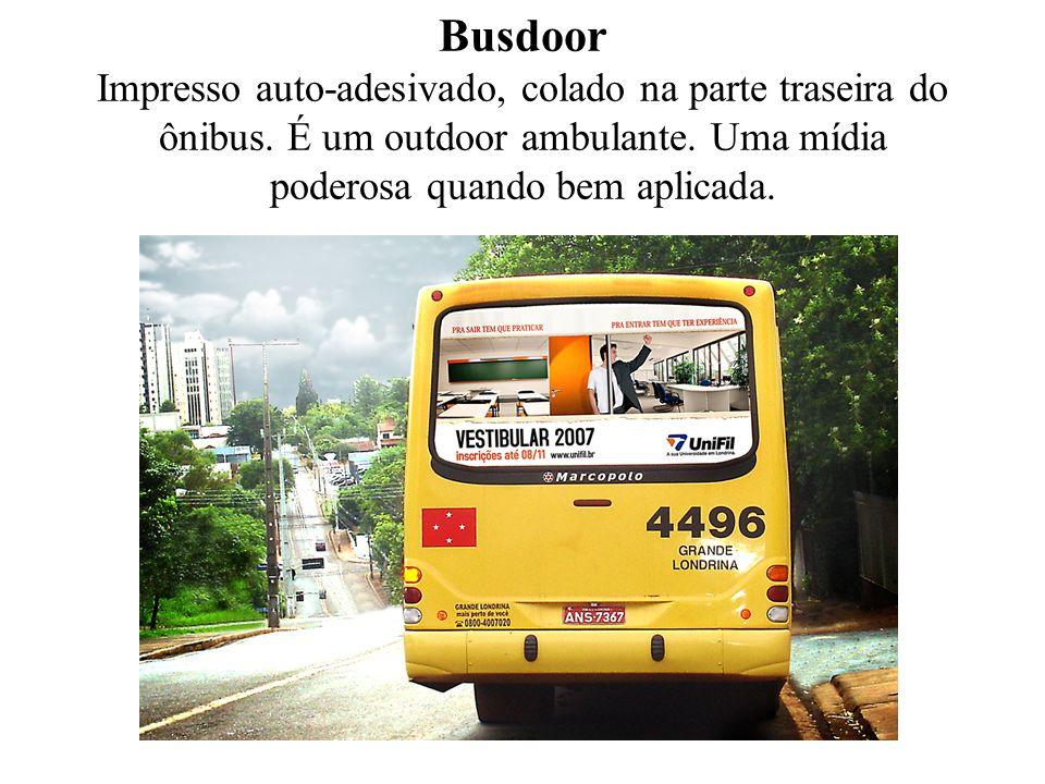 Busdoor Impresso auto-adesivado, colado na parte traseira do ônibus. É um outdoor ambulante. Uma mídia poderosa quando bem aplicada.