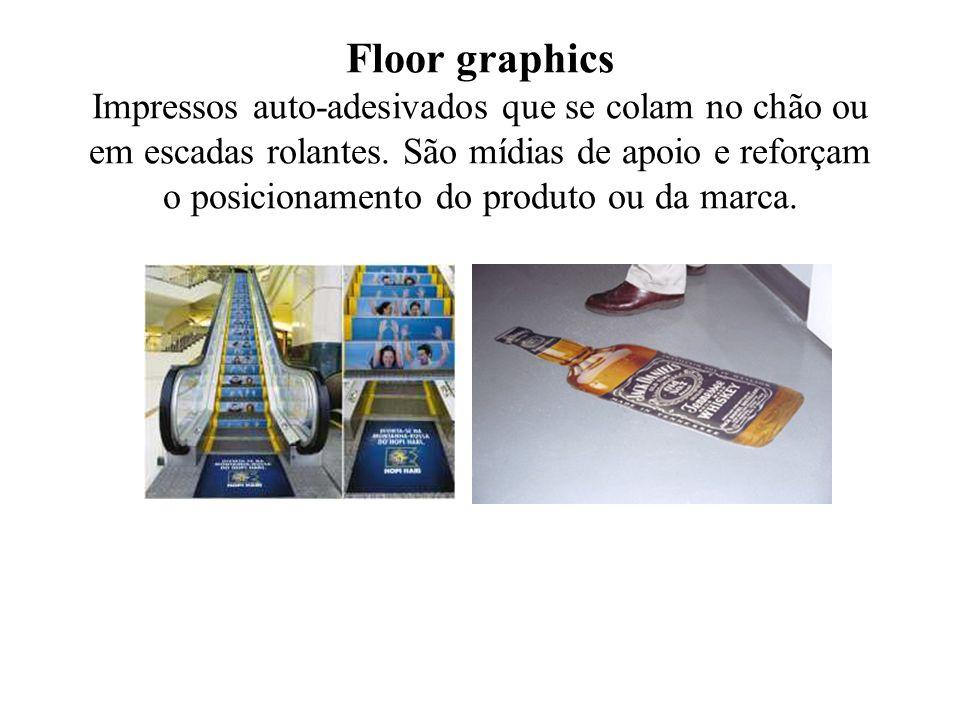 Floor graphics Impressos auto-adesivados que se colam no chão ou em escadas rolantes. São mídias de apoio e reforçam o posicionamento do produto ou da