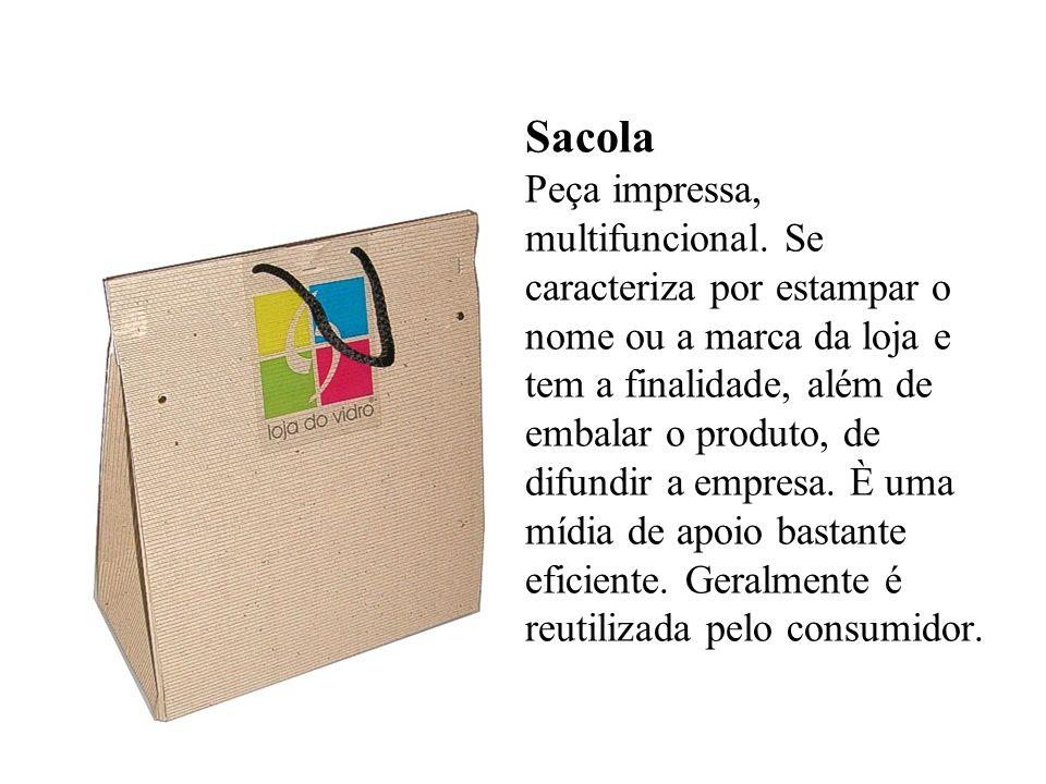 Sacola Peça impressa, multifuncional. Se caracteriza por estampar o nome ou a marca da loja e tem a finalidade, além de embalar o produto, de difundir