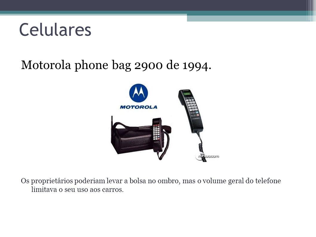 Celulares Motorola phone bag 2900 de 1994. Os proprietários poderiam levar a bolsa no ombro, mas o volume geral do telefone limitava o seu uso aos car