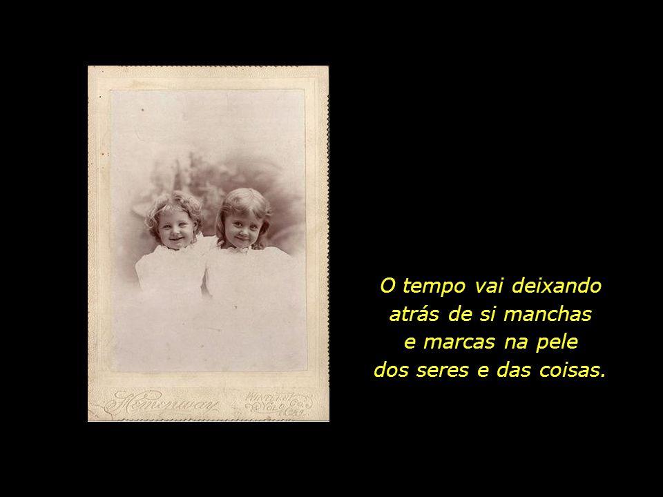 Cerca de cem anos se passaram desde o dia em que as duas irmãs posaram para a foto ao lado.