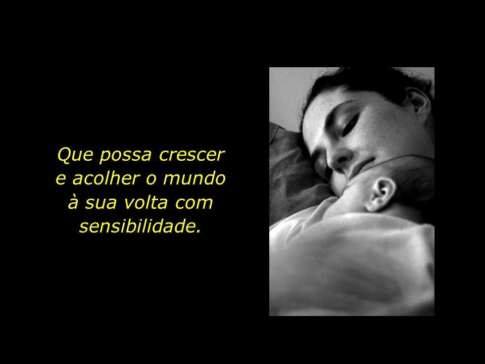 A jovem mãe nutre os mais tenros sonhos para o seu filho recém-nascido.