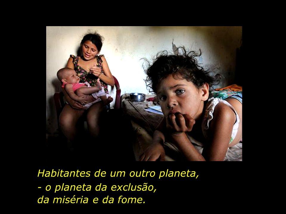 Rafael, como muitas outras crianças da região, vive à base de garapa, - água com farinha -, e raramente bebe leite.