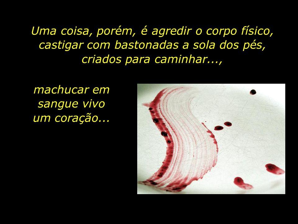 Rastos de sangue a pintar os corredores e as celas. Não tarda para que as sessões de interrogatório passem a comportar severo espancamento físico.