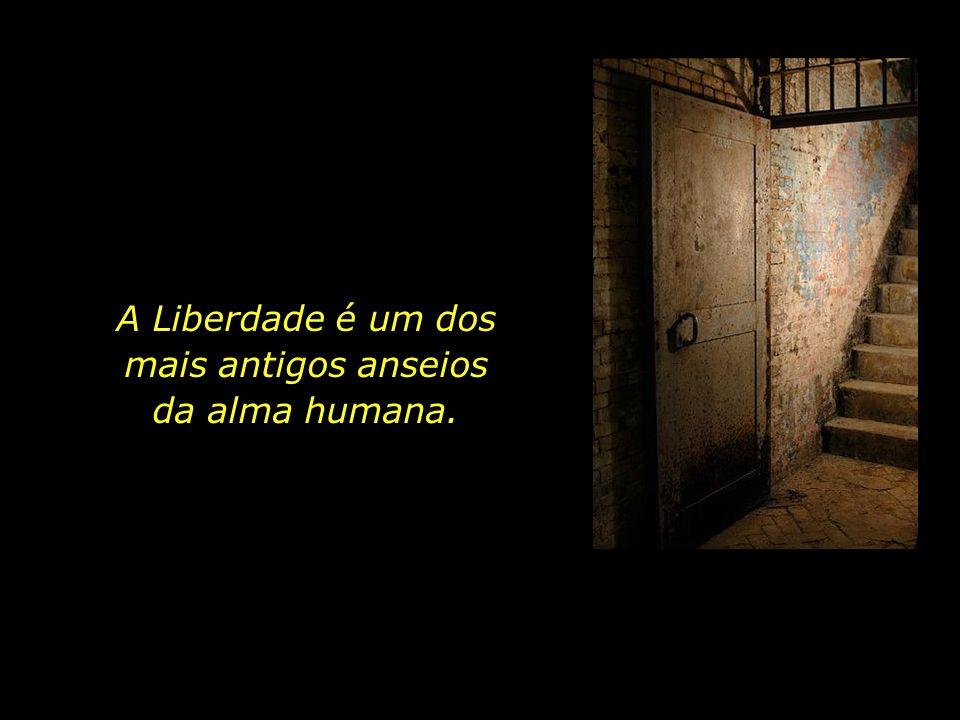 Quantos foram, na história da Humanidade, os que sofreram, que foram perseguidos e exilados, feridos e mortos, por causa dos ideais em que acreditavam