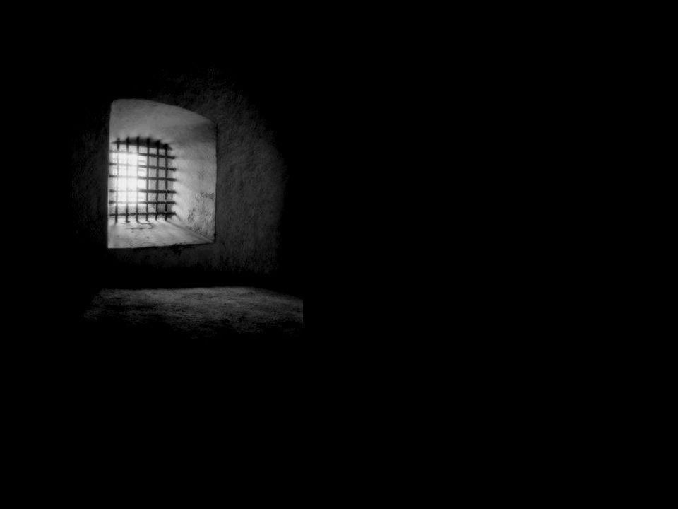 Mona acolhe as novas prisioneiras com ternura. Encontra no cárcere uma segunda família.