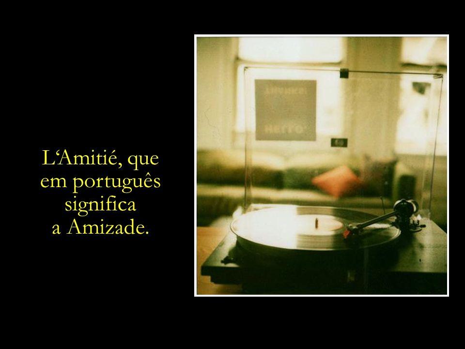 Na velha vitrola, o disco da cantora francesa Francoise Hardy, interpretando a canção LAmitié.