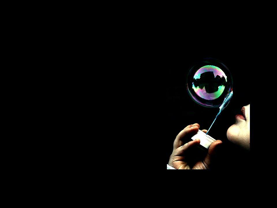 Felicidade é discreta, silenciosa e frágil, como a bolha de sabão. Vai-se muito rápido, mas sempre se podem assoprar outras.