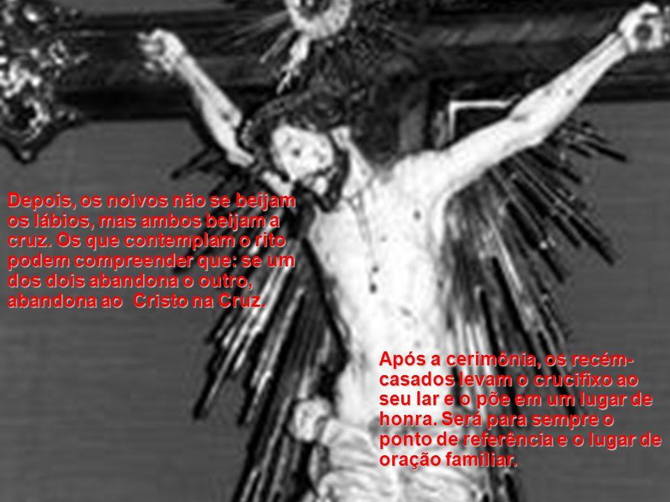 Quando chega o momento de afirmar seus votos, a noiva põe sua mão direita sobre o crucifixo e o noivo põe sua mão sobre a dela,de maneira que as duas