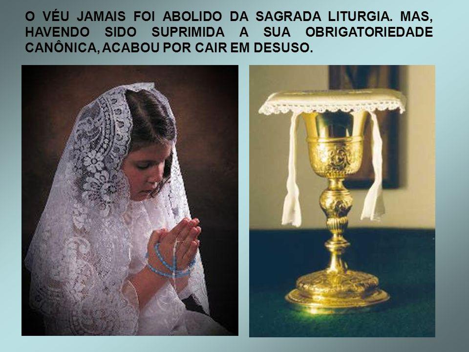 O USO DO VÉU NA SANTA MISSA QUANDO UMA MULHER COBRE SUA CABEÇA NA IGREJA CATÓLICA, SIMBOLIZA SUA DIGNIDADE E HUMILDADE DIANTE DE DEUS, NÃO DOS HOMENS.