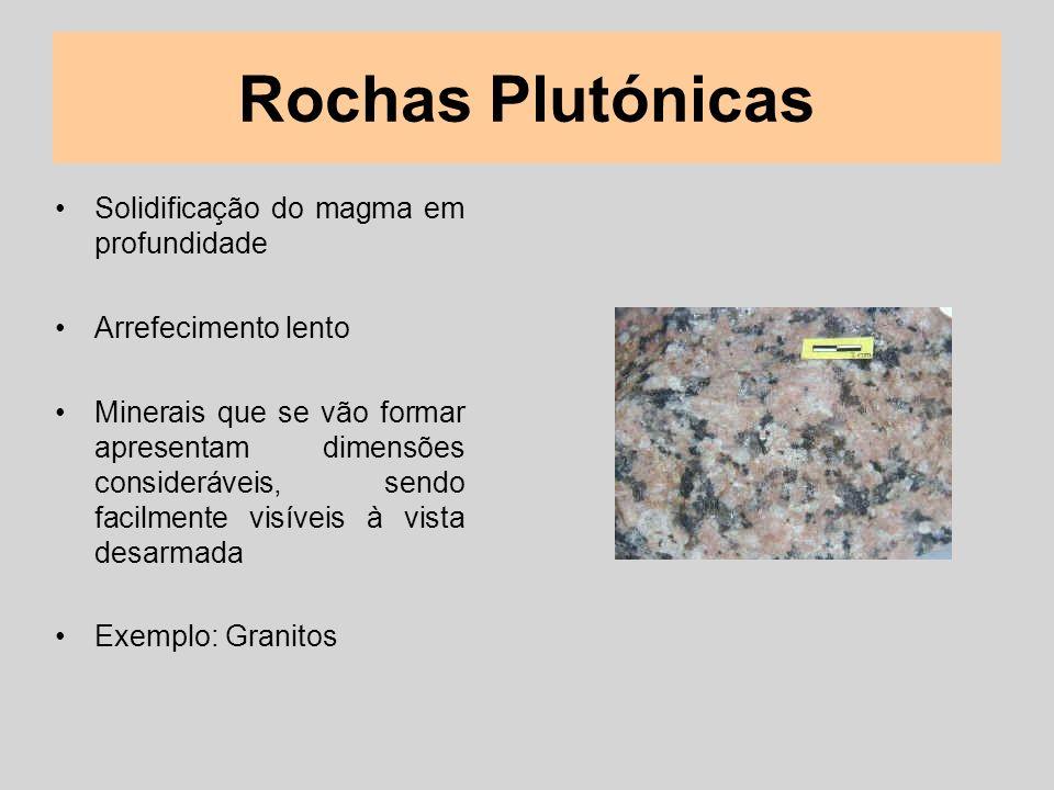 Rochas Plutónicas Solidificação do magma em profundidade Arrefecimento lento Minerais que se vão formar apresentam dimensões consideráveis, sendo faci
