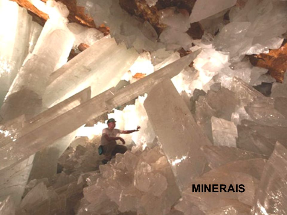 Densidade - A densidade relativa de um mineral indica o número de vezes que a massa desse mineral é superior à massa de igual volume de água, estando esta à temperatura de 4°C.