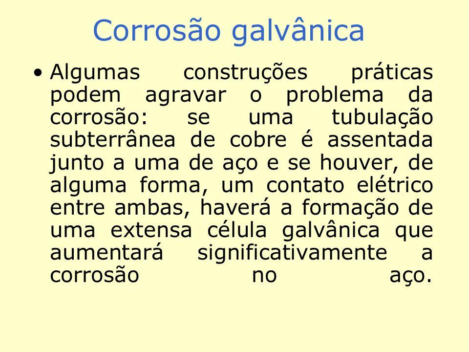 Corrosão galvânica Algumas construções práticas podem agravar o problema da corrosão: se uma tubulação subterrânea de cobre é assentada junto a uma de