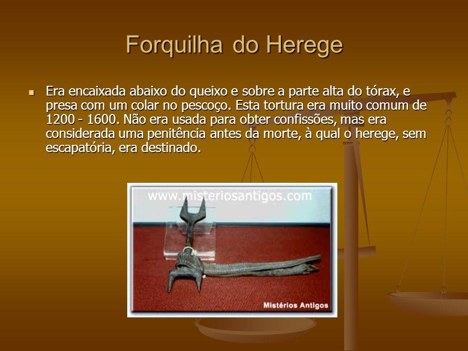 Forquilha do Herege Era encaixada abaixo do queixo e sobre a parte alta do tórax, e presa com um colar no pescoço.