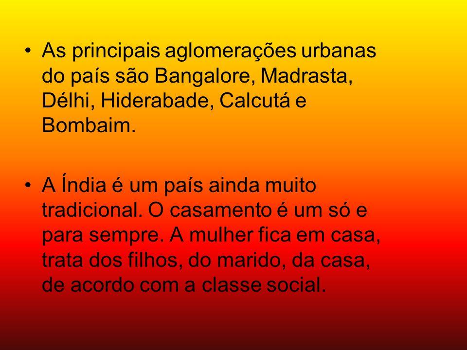 As principais aglomerações urbanas do país são Bangalore, Madrasta, Délhi, Hiderabade, Calcutá e Bombaim. A Índia é um país ainda muito tradicional. O