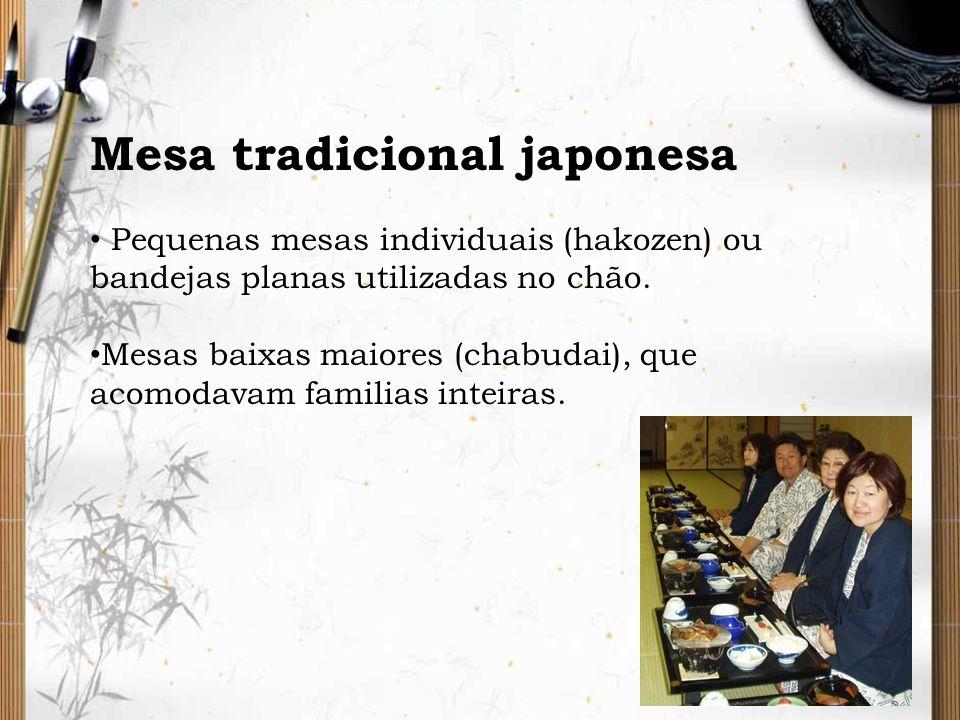 Mesa tradicional japonesa Pequenas mesas individuais (hakozen) ou bandejas planas utilizadas no chão. Mesas baixas maiores (chabudai), que acomodavam