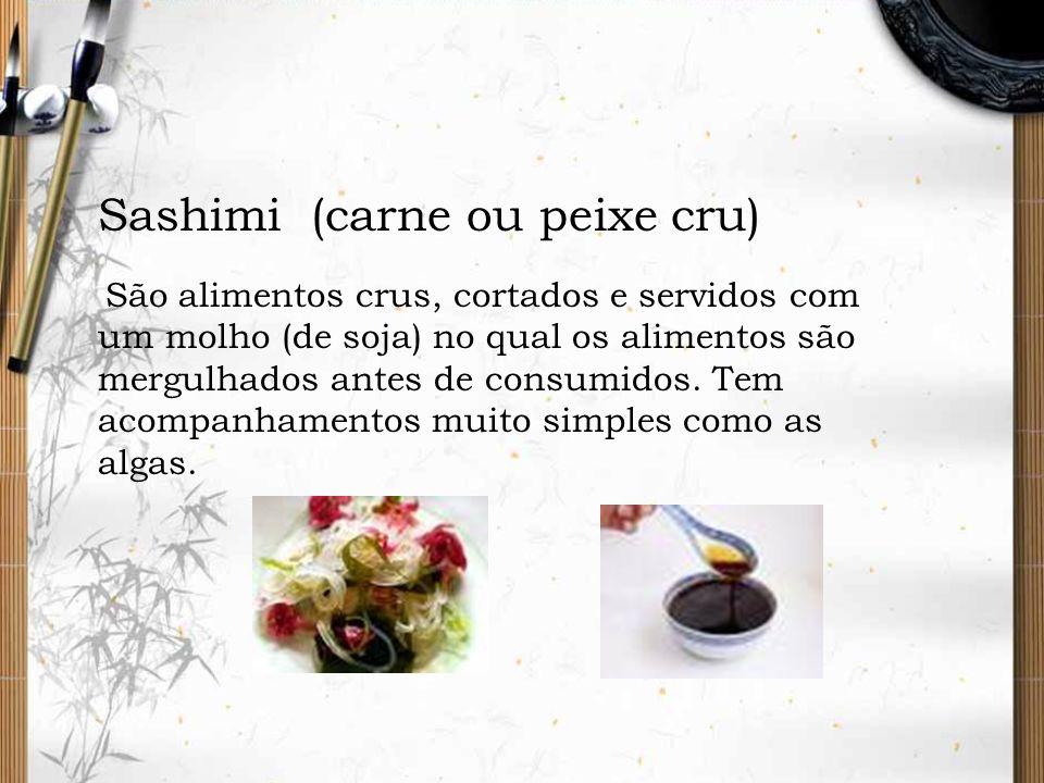 Sashimi (carne ou peixe cru) São alimentos crus, cortados e servidos com um molho (de soja) no qual os alimentos são mergulhados antes de consumidos.