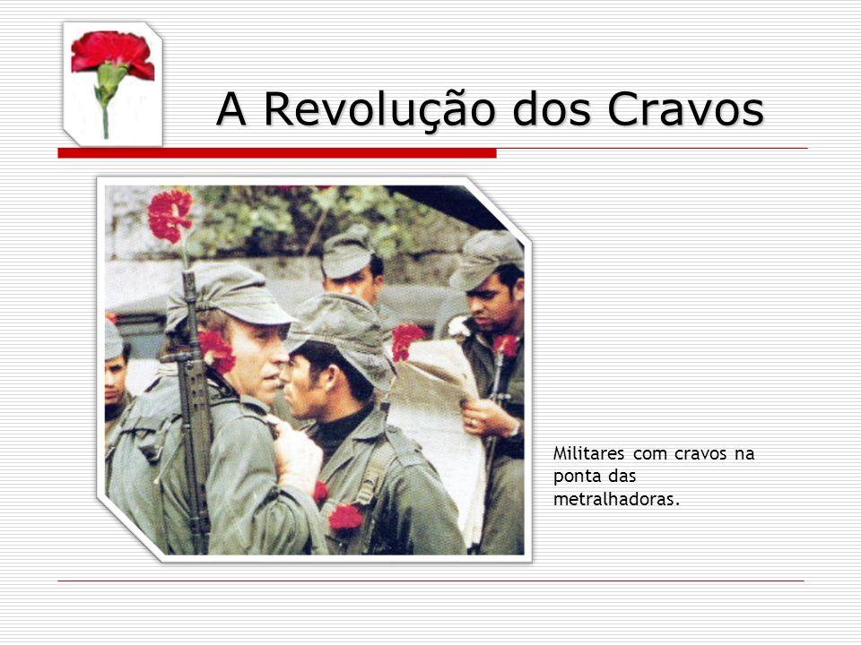 Militares com cravos na ponta das metralhadoras. A Revolução dos Cravos