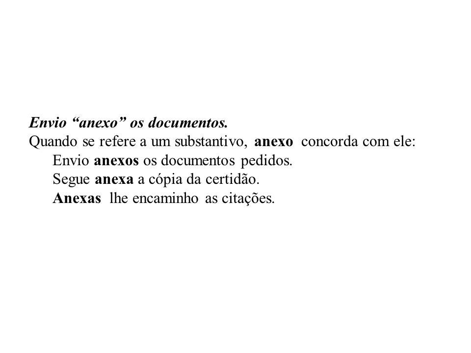 Envio anexo os documentos. Quando se refere a um substantivo, anexo concorda com ele: Envio anexos os documentos pedidos. Segue anexa a cópia da certi
