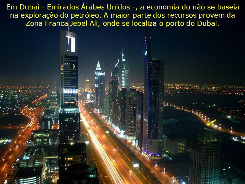 Em Dubai - Emirados Árabes Unidos -, a economia do não se baseia na exploração do petróleo. A maior parte dos recursos provem da Zona Franca Jebel Ali