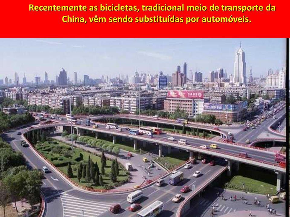 Recentemente as bicicletas, tradicional meio de transporte da China, vêm sendo substituídas por automóveis.