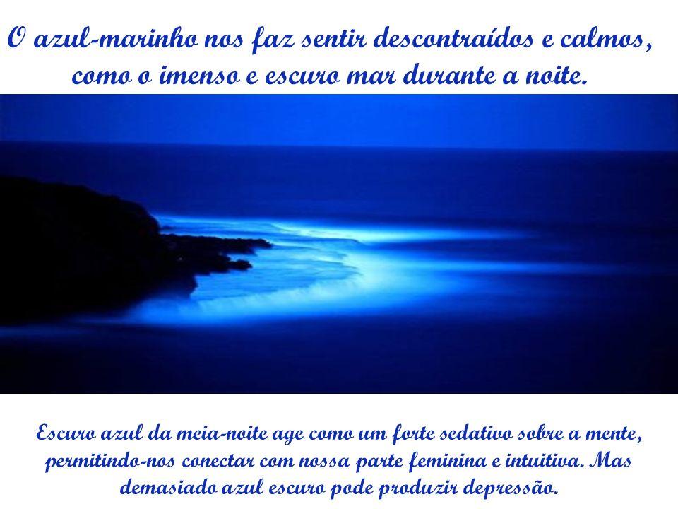 O azul-marinho nos faz sentir descontraídos e calmos, como o imenso e escuro mar durante a noite. Escuro azul da meia-noite age como um forte sedativo