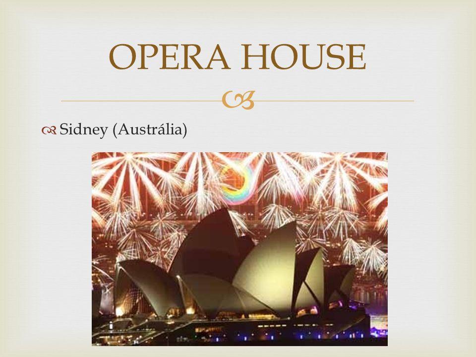 A casa de óperas mais famosa de Sydney é situada no porto da cidade, com um enorme estacionamento em sua parte sul e perto da igualmente famosa Ponte do Porto de Sydney.