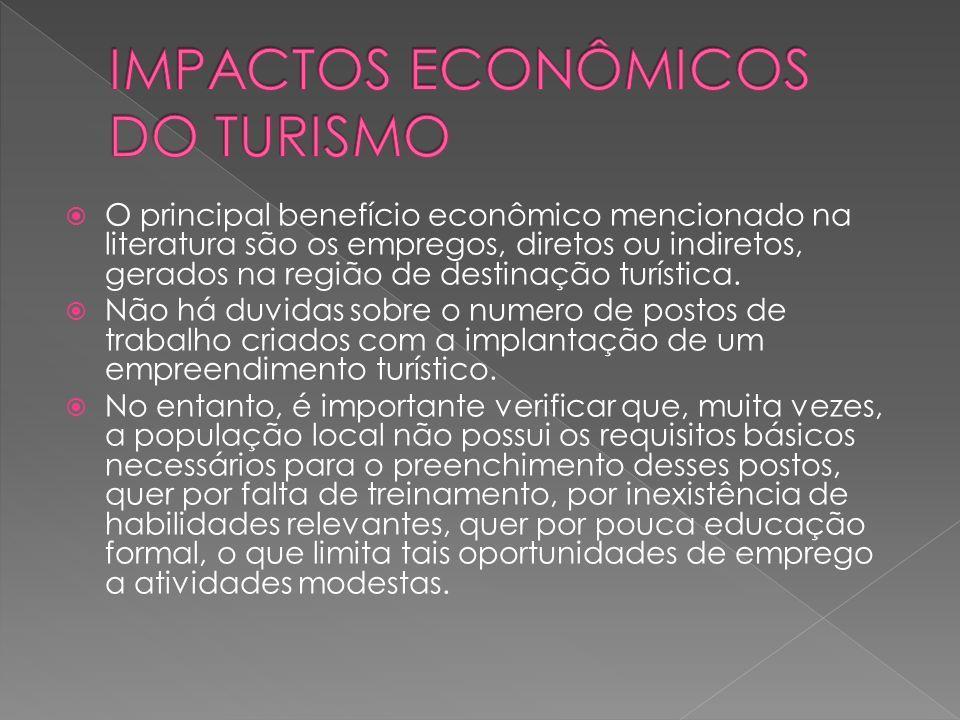 O principal benefício econômico mencionado na literatura são os empregos, diretos ou indiretos, gerados na região de destinação turística.