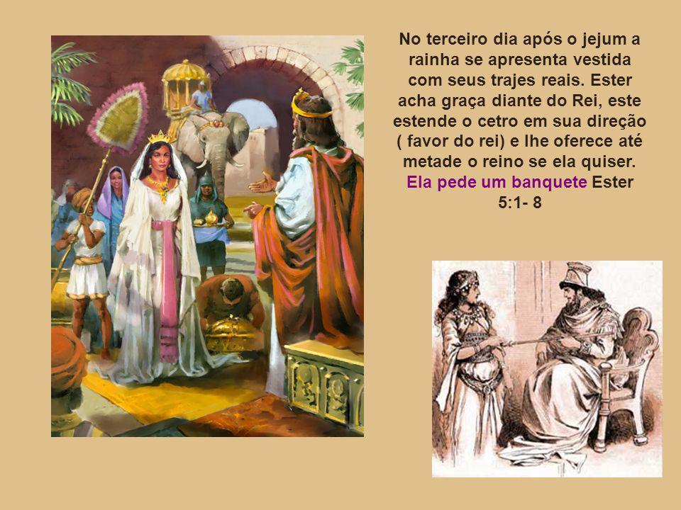 No terceiro dia após o jejum a rainha se apresenta vestida com seus trajes reais. Ester acha graça diante do Rei, este estende o cetro em sua direção